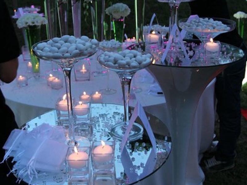 Confettata con specchi e fiori bianchi,le candele