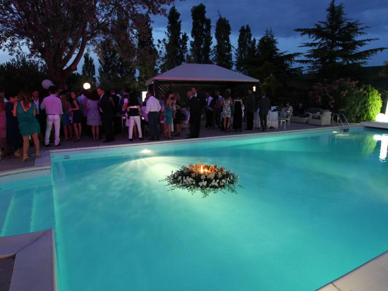 Cocktail dinner in piscina con musica anni 80