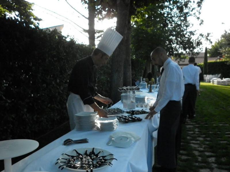 Momento di preparazione e sistemazione del buffet in giardino con i nostri professionisti