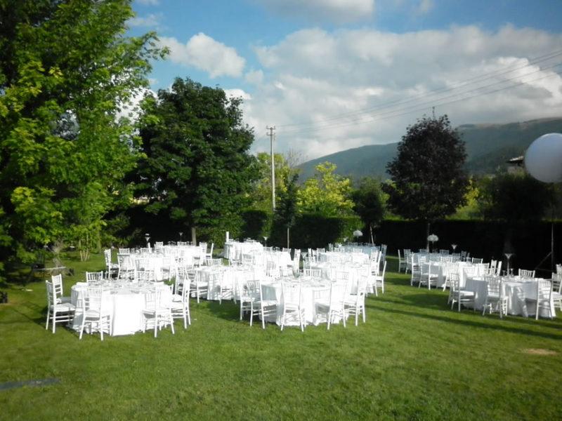 Visione  di tavoli e sedie in un contesto di giardino  dell entroterra  marchigiano