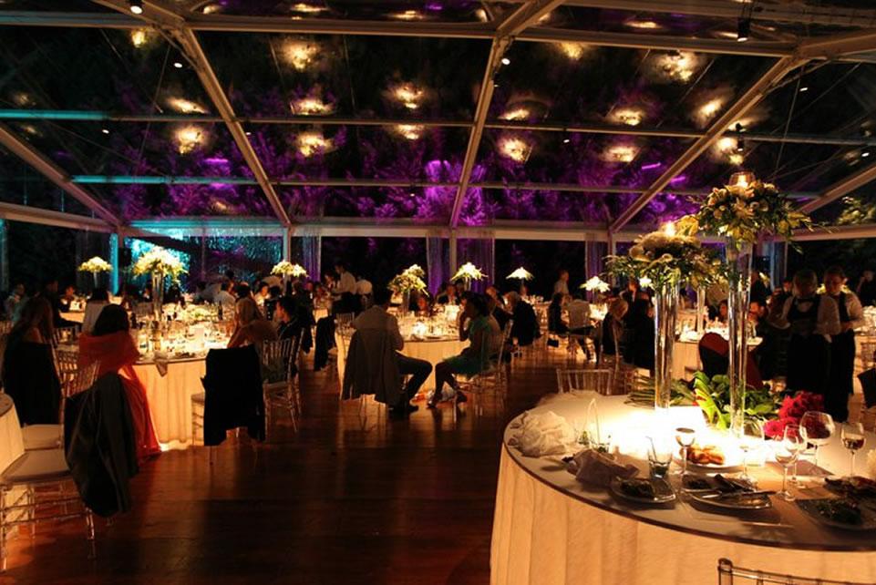 Una cornice di luci e fiori per gustare la serata con le nostre squisitezze