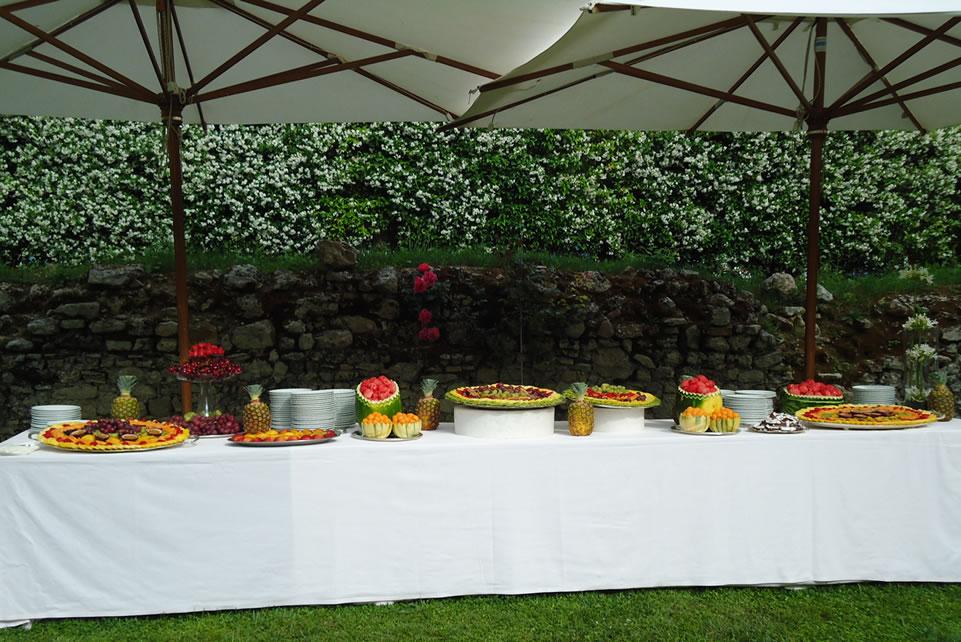Buffet in giardino di frutta intagliata e dolcetti prelibati