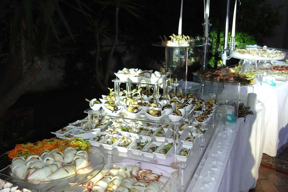 Buffet del marinaio con particolari specialità di pesce in bella vista crudi, marinati al vapore